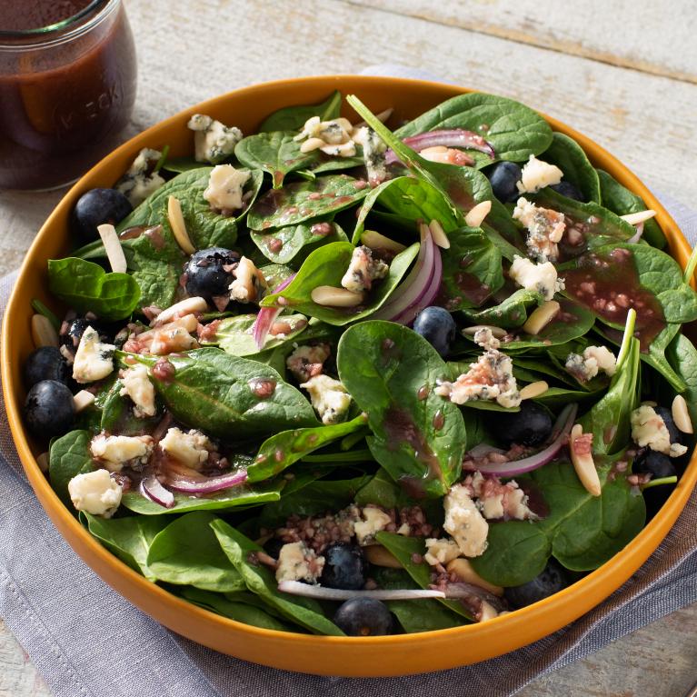 Salade d'épinards, de bleuets et de fromage bleu
